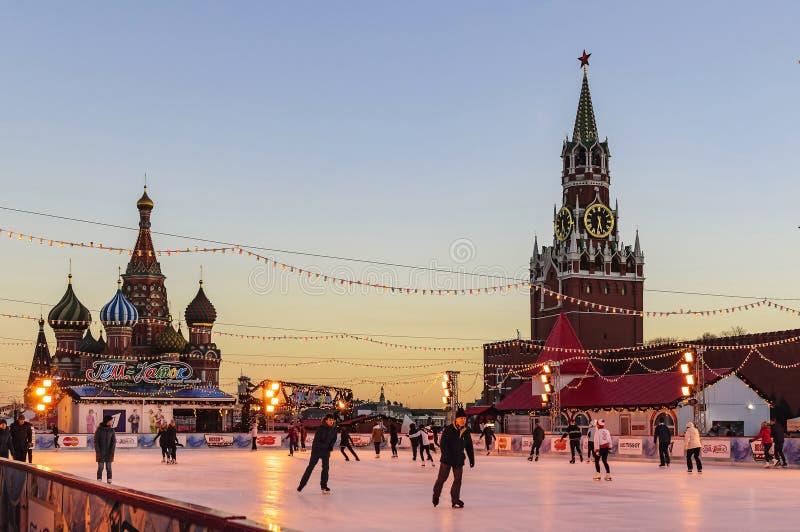 Pista de patinaje de la GOMA en Plaza Roja y gente de reclinación por una tarde escarchada del invierno en febrero Moscú, Rusia fotos de archivo libres de regalías