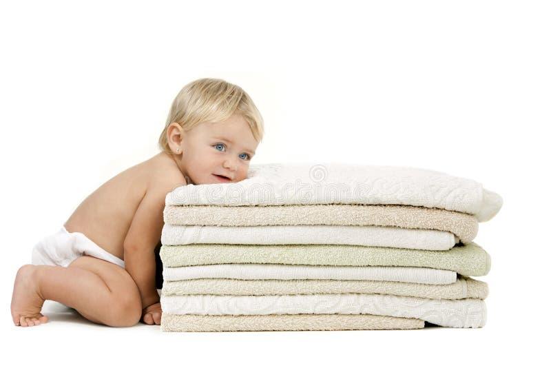 Pista de reclinación del bebé en las toallas imagen de archivo libre de regalías