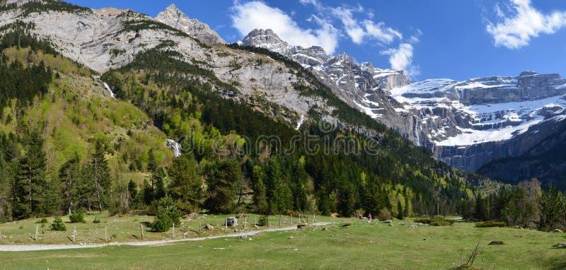 Pista de senderismo al cirque de Gavarnie en los Pirineos imagenes de archivo