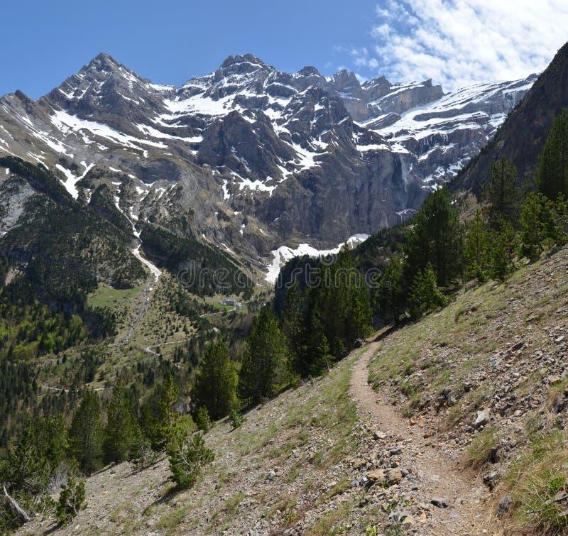 Pista de senderismo al cirque de Gavarnie en los Pirineos imagen de archivo