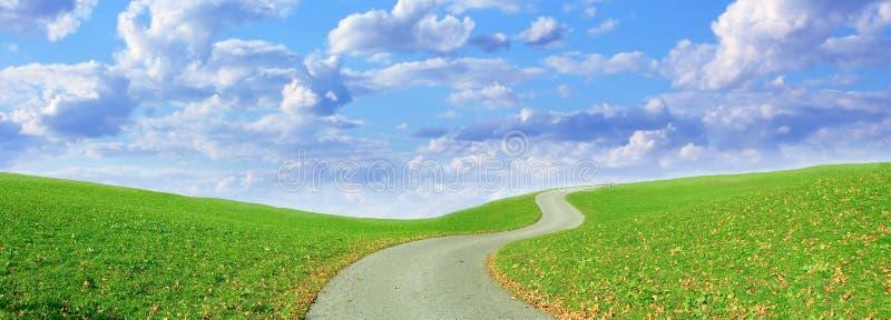 Pista de senderismo de enrrollamiento y cielo nublado imagenes de archivo