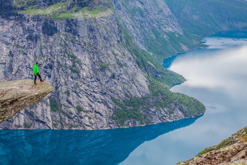 Pista de senderismo de Norge del fiordo de Trolltunga Odda de la montaña de Noruega imagen de archivo libre de regalías
