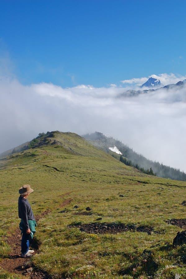 Pista de senderismo en las montañas imagen de archivo libre de regalías
