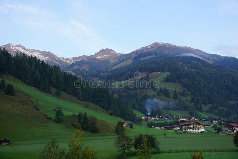 Pista de senderismo en las montañas de rauris fotografía de archivo libre de regalías
