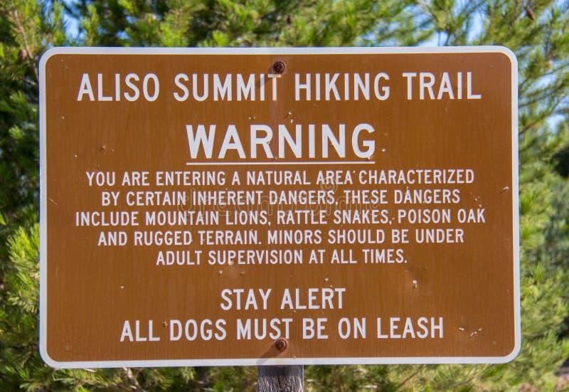 Pista de senderismo de la cumbre de Aliso de la señal de peligro fotografía de archivo libre de regalías