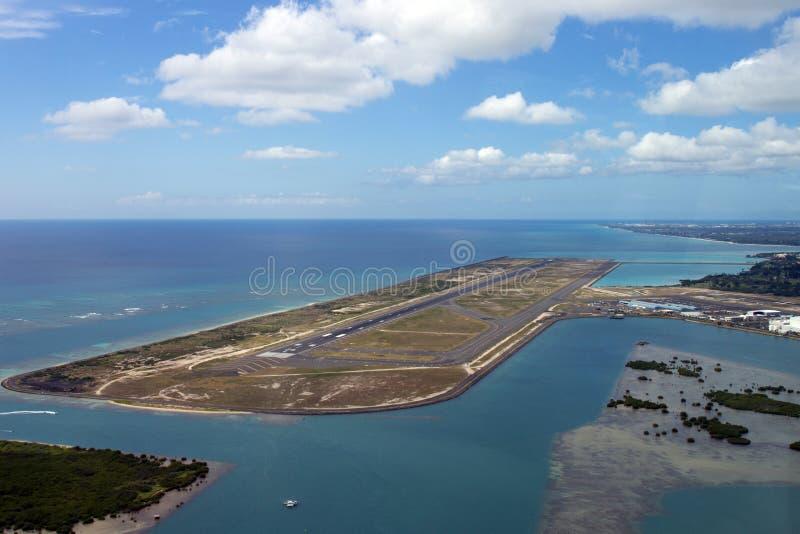 Pista del aeropuerto de Honolulu de un lanzamiento del avión fotografía de archivo libre de regalías