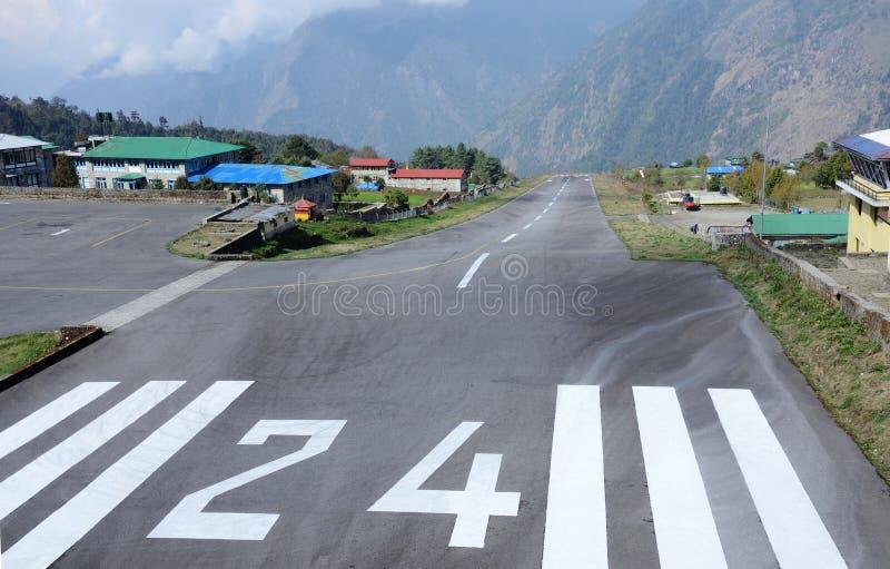 Pista del despegue del aeropuerto de Lukla Tenzing-Hillary en Nepal Lukla fotos de archivo libres de regalías