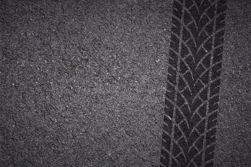Pista del neumático en el asfalto fotos de archivo