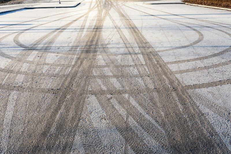 Pista del neumático en estacionamiento en el invierno fotos de archivo