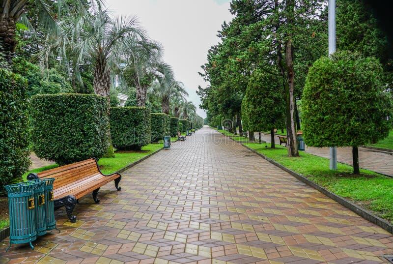 Pista del parco di spiaggia nella pioggia dopo la conclusione della stagione turistica, Batumi, Georgia fotografie stock
