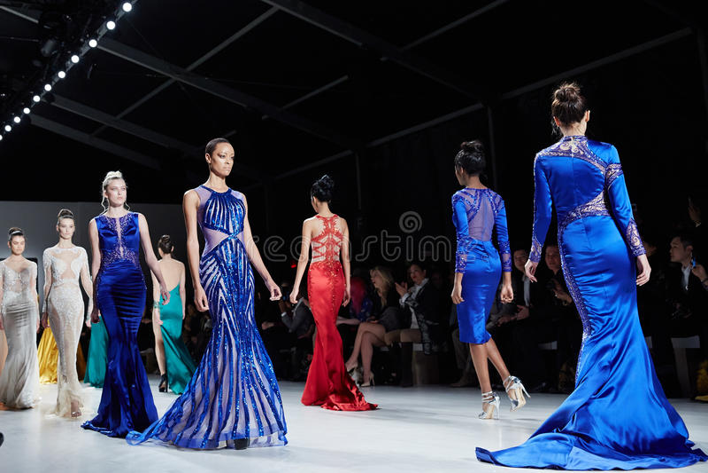 Pista del paseo de los modelos en el vestido de Dany Tabet en el desfile de moda de la vida de Nueva York durante la caída 2015 d imágenes de archivo libres de regalías