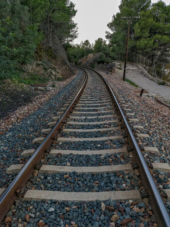 Pista del treno attraverso la montagna fotografia stock