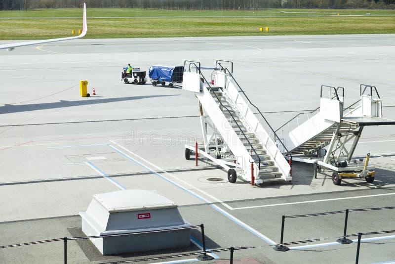 Pista dell'aeroporto e servizi di trasporto fotografia stock libera da diritti