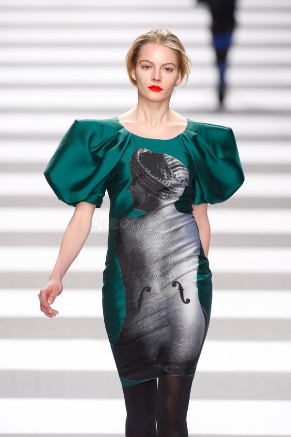Pista della sfilata di moda del Jean-Charles de Castelbajac immagine stock
