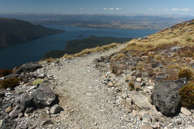 Pista di camminata sopra il lago Te Anau immagini stock libere da diritti