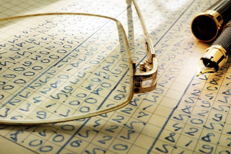 Pista di controllo Vetri, penna e libro mastro fotografie stock libere da diritti