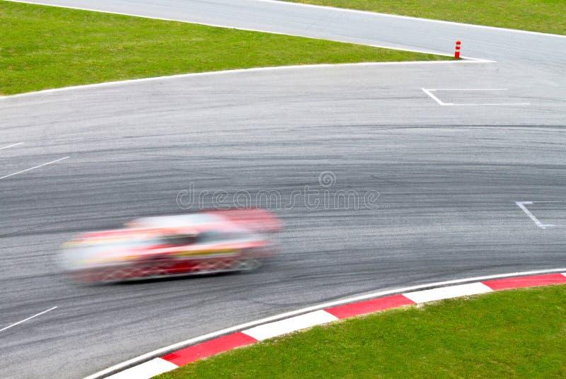 Pista di corsa con un'automobile sportiva vaga fotografia stock