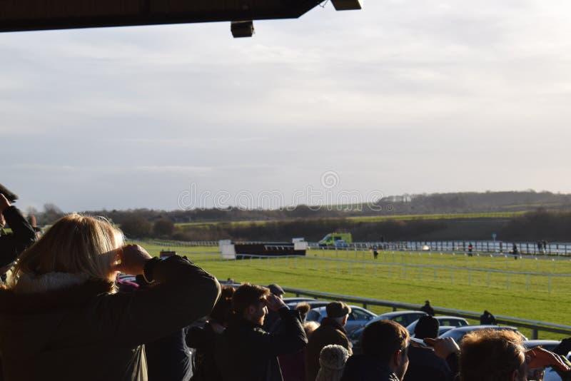 Pista di corsa di cavalli con il sole pesante immagini stock libere da diritti