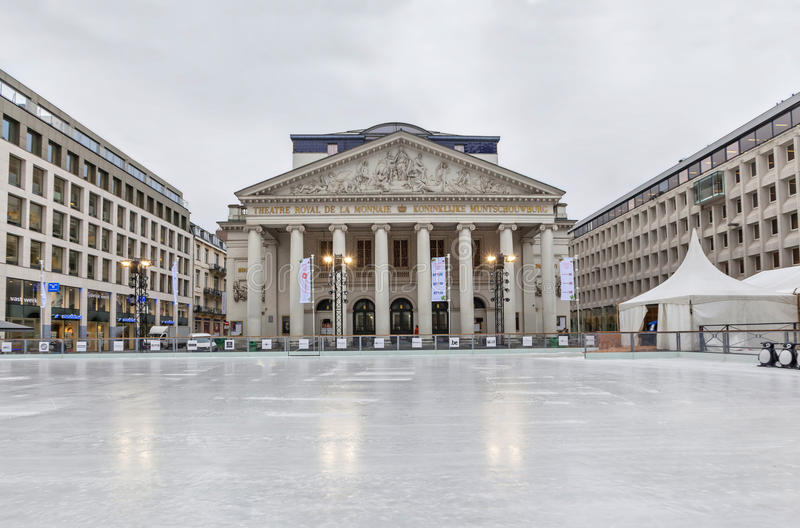Pista di pattinaggio a Bruxelles vicino al teatro di Monnaie della La fotografia stock libera da diritti