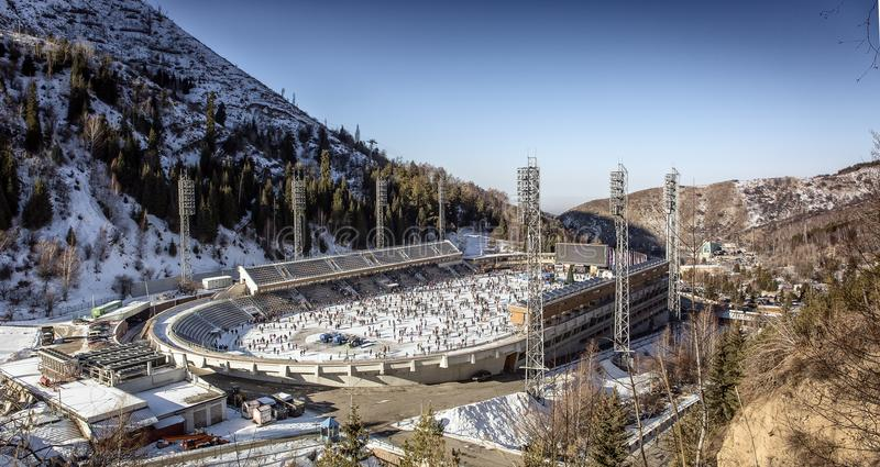 Pista di pattinaggio Medeo dell'alta montagna fotografie stock libere da diritti