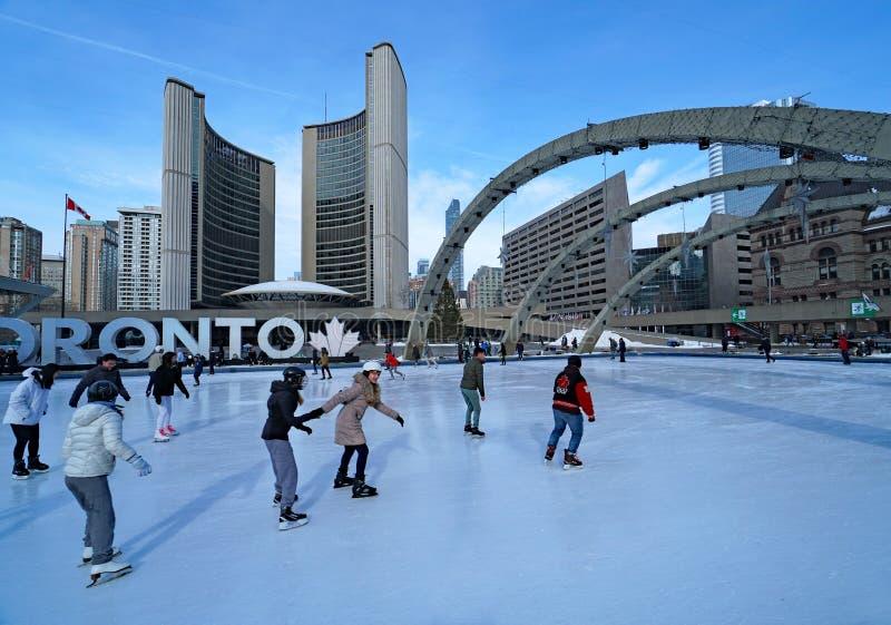 pista di pattinaggio in Piazza Civica di fronte al municipio di Toronto fotografia stock