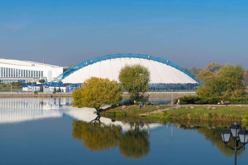 Pista di pattinaggio stagionale di pattinaggio su ghiaccio a Minsk immagine stock