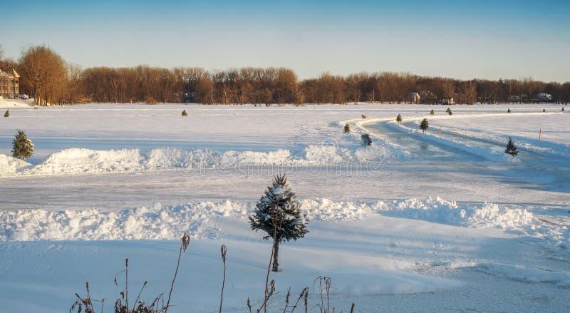 Pista di pattinaggio sul ghiaccio su un fiume immagini stock libere da diritti