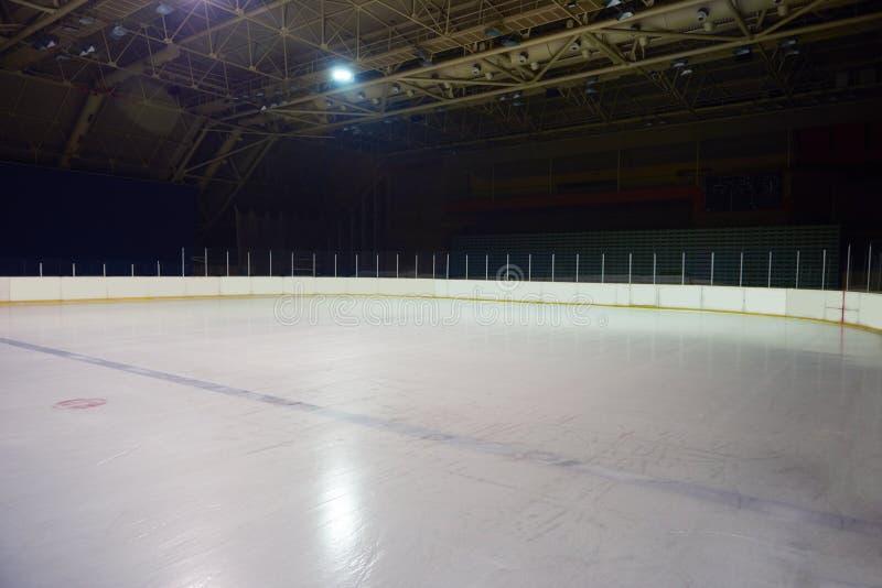 Pista di pattinaggio sul ghiaccio vuota, arena dell'hockey immagini stock libere da diritti