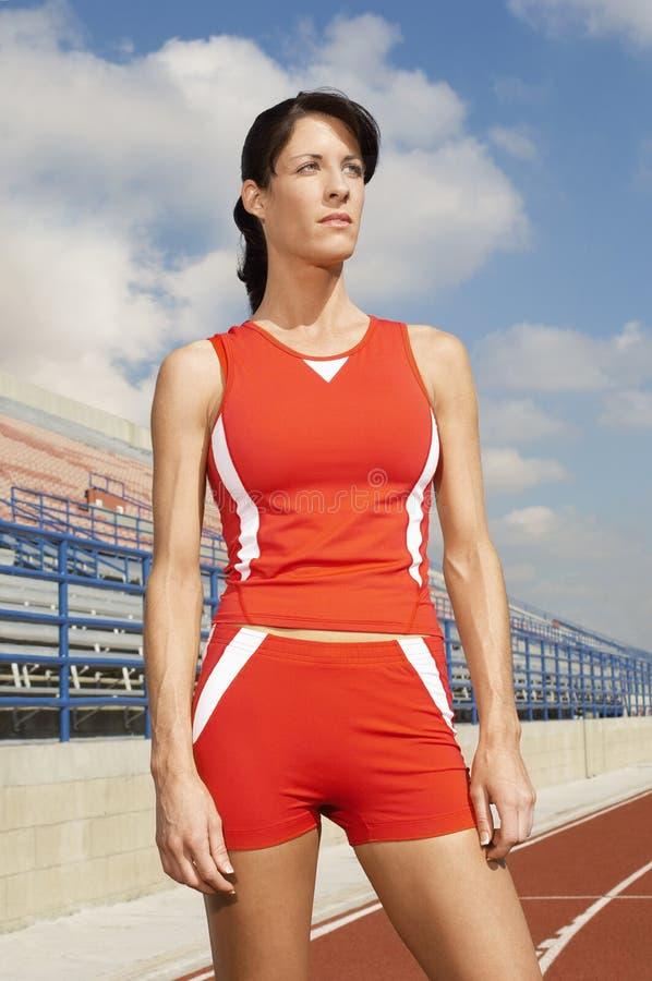 Pista di Woman Standing On dell'atleta immagini stock libere da diritti