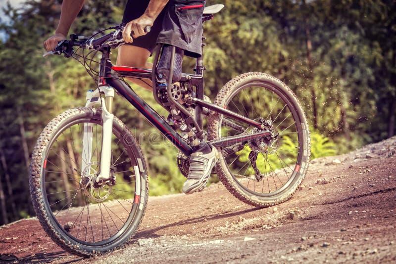 Pista in discesa handicappata del cavaliere del mountain bike fotografie stock libere da diritti