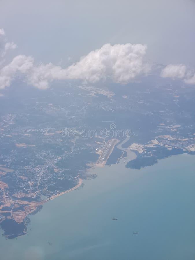 Pista do Aeroporto Raja Haji Abdullah a partir de altitude elevada imagem de stock