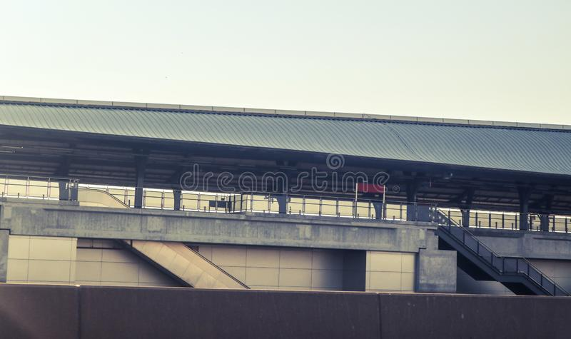 Pista e stazione moderne ad alta velocità della costruzione del treno per mezzi di trasporto di massa Bangkok Tailandia fotografia stock libera da diritti