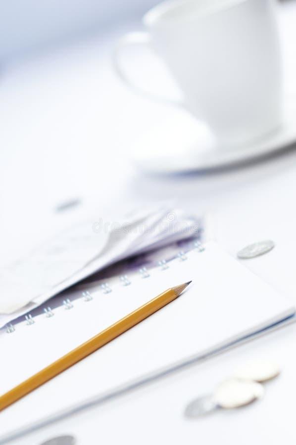 Pista en blanco con las cuentas y las monedas fotografía de archivo libre de regalías