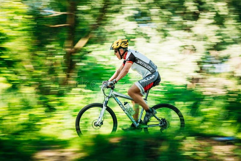 Pista envejecida del montar a caballo del ciclista de la bici de montaña en el día soleado Movimiento bl fotos de archivo