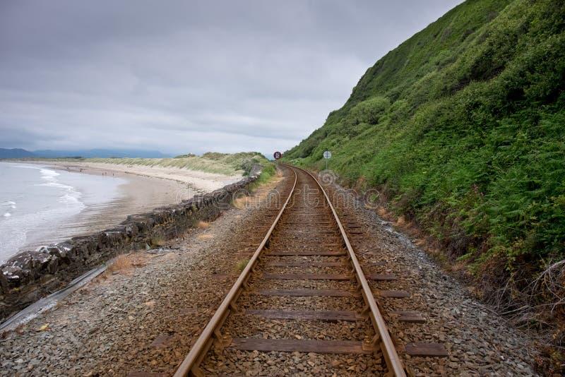 Pista ferroviaria en Harlech, País de Gales imagenes de archivo