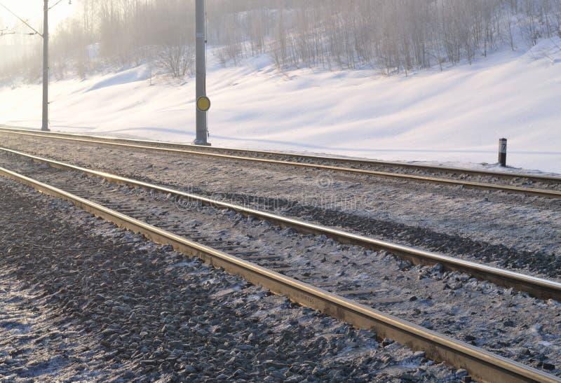 Pista ferroviaria por la mañana temprana del invierno fotografía de archivo libre de regalías