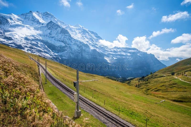 Pista ferroviaria que conecta Kleine Scheidegg y las montañas de Jungfraujoch Bernese, Suiza fotos de archivo