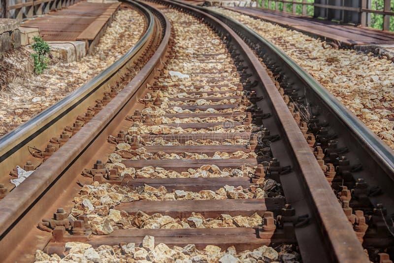 Pista ferroviaria que lleva a la distancia foto de archivo