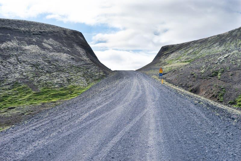 Pista islandesa de la grava que desaparece sobre una frente ciega fotografía de archivo libre de regalías