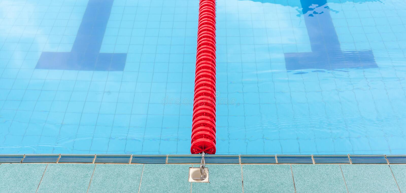 A pista marcada vermelha no centro da plataforma para o competiti nadador imagens de stock