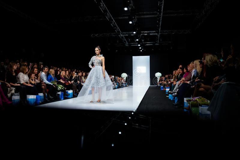 Pista modelo del paseo para la prolongación del andén de SVETLANA EVSTIGNEEVA y de BERETKAH en la semana de la moda de Moscú de l imagen de archivo libre de regalías