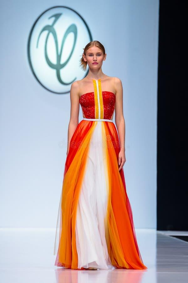 Pista modelo del paseo para la prolongación del andén de VALENTIN YUDASHKIN en el Primavera-verano semana de la moda de Moscú de  fotos de archivo libres de regalías