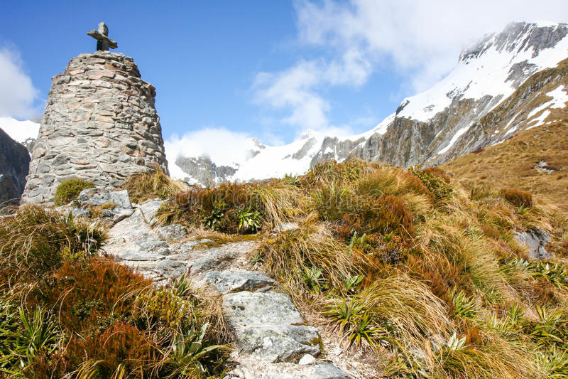 Pista Nueva Zelanda de Milford del monumento de Quntin Mackinnon fotos de archivo