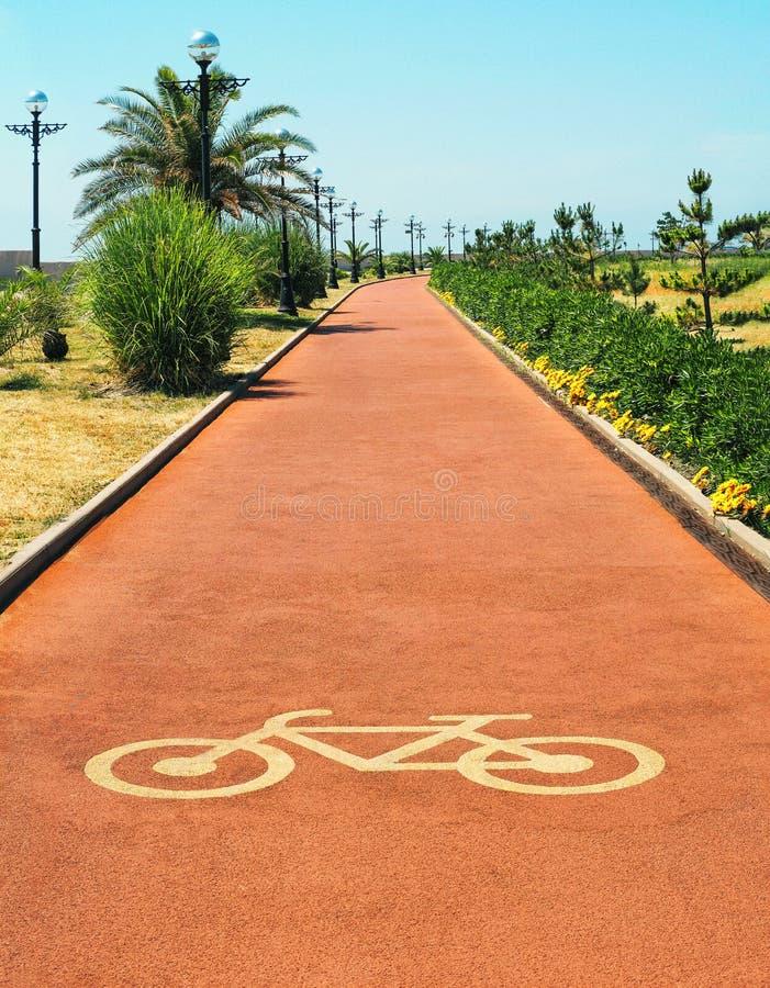 Pista ou trajeto vermelho do ciclo com sinal da bicicleta fotografia de stock
