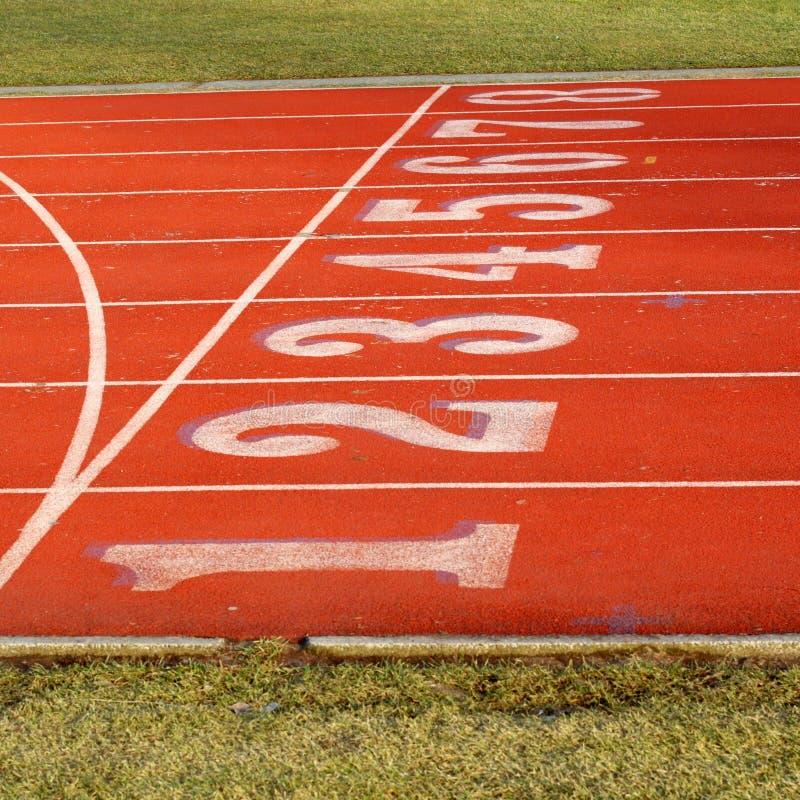 Pista rossa di sport con 8 vicoli fotografia stock libera da diritti