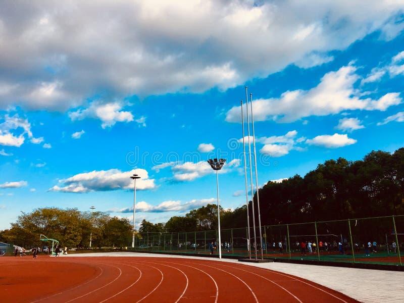 Pista sotto cielo blu e le nuvole bianche fotografia stock libera da diritti