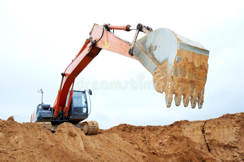 Pista-tipo excavador del cargador en el trabajo fotos de archivo libres de regalías