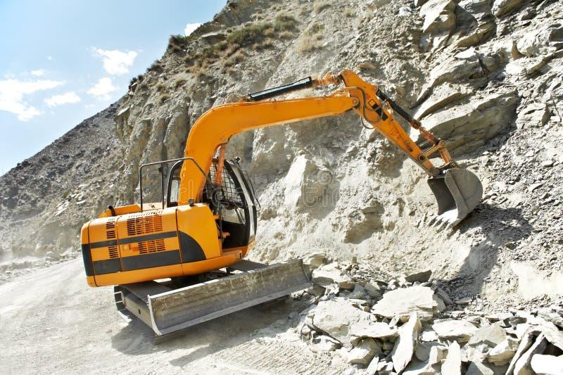 Pista-tipo excavador del cargador en el trabajo de la montaña fotografía de archivo