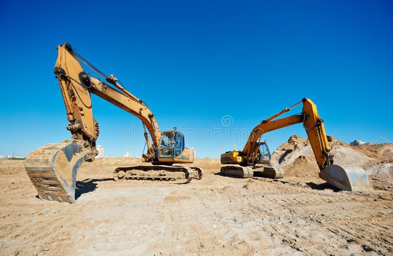 Pista-tipo excavadores del cargador en el trabajo foto de archivo