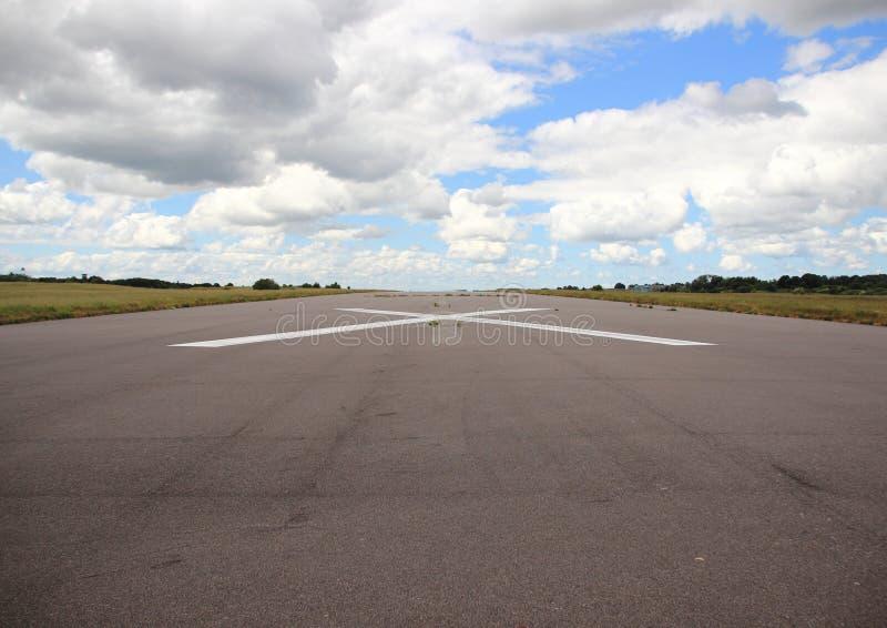 Pista vacía del aeroplano con la cruz blanca fotos de archivo